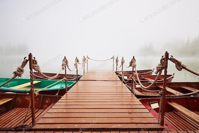 Boote im mysteriösen Nebel