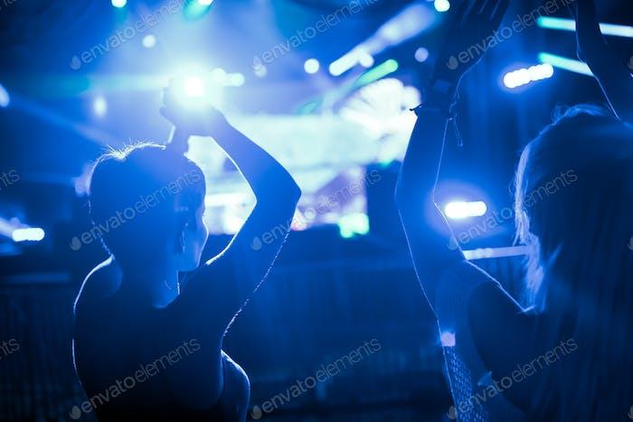 Bild von tanzenden Menschen auf dem Musikfestival