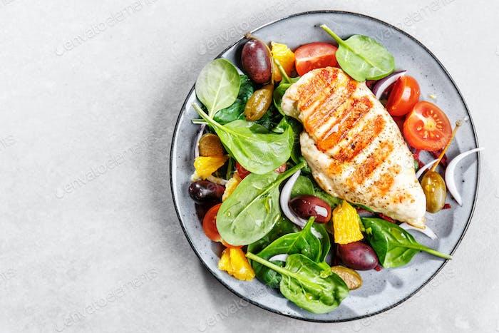Lecker frischer Salat mit Huhn und Gemüse
