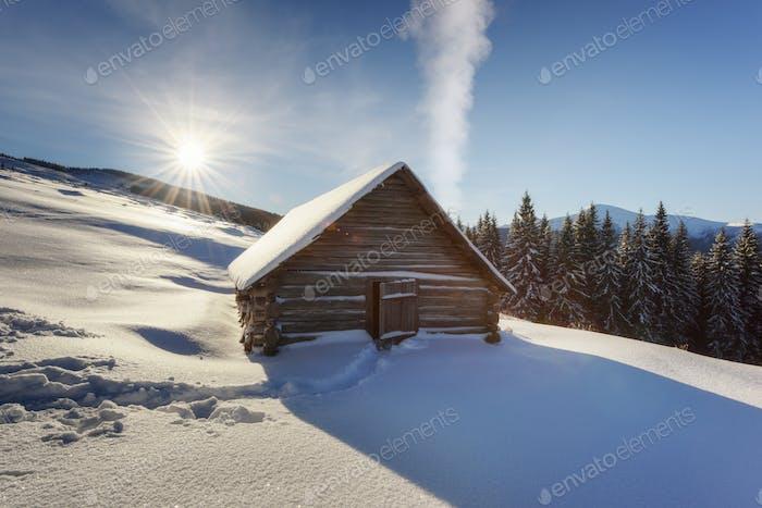 Fantastische Landschaft mit verschneiten Haus
