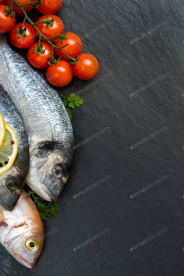 Frischer Fisch und Tomaten