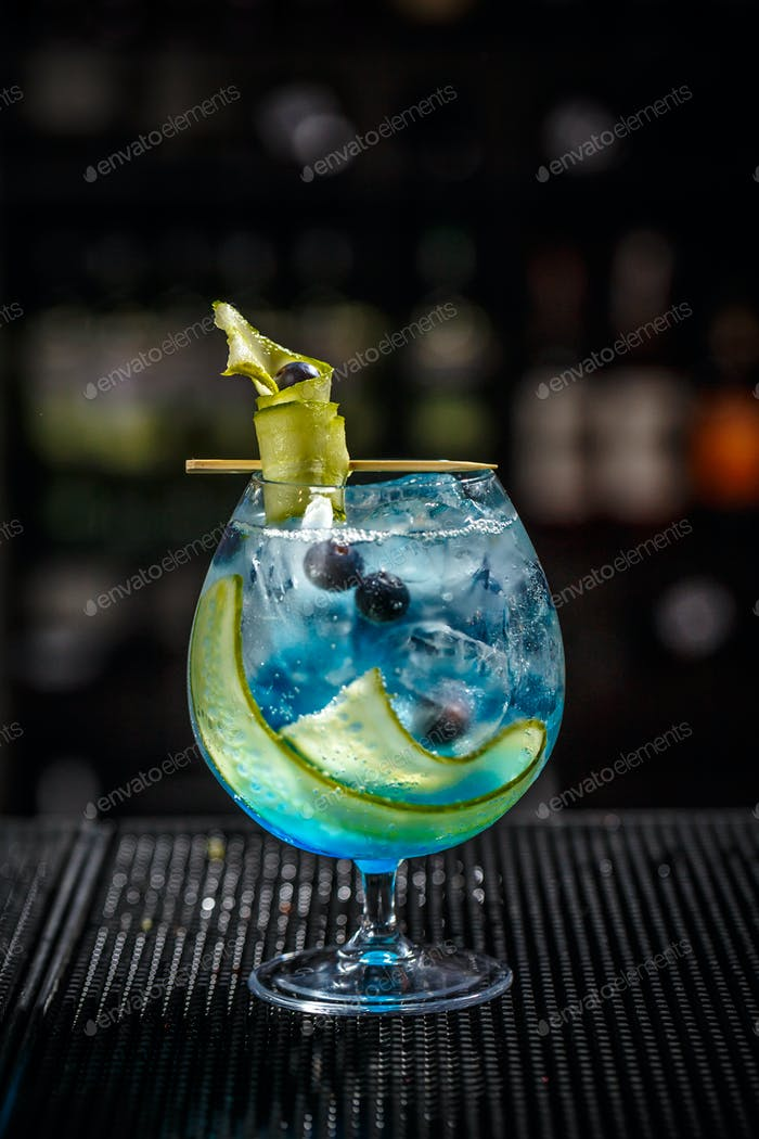 Blue gin tonic