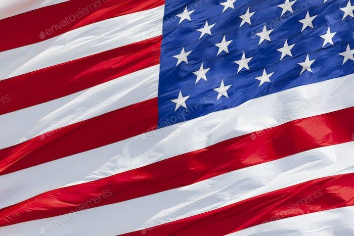 Amerikanische Flagge winkt im Wind