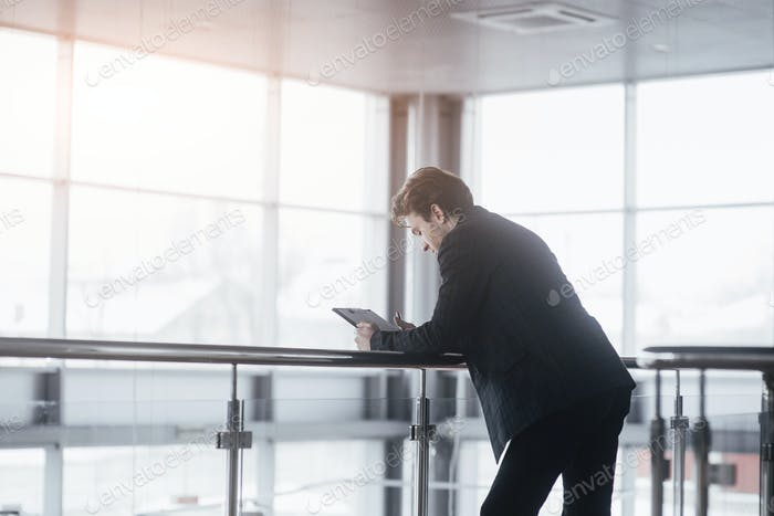 Junge selbstbewusste Mann ruht nach Geschäftstreffen mit ausländischen Partnern