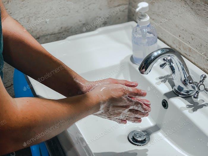 Coronavirus oder Covid-19. Waschen Hände reiben mit Seife Mann für Corona-Virus-Prävention, Hygiene zu
