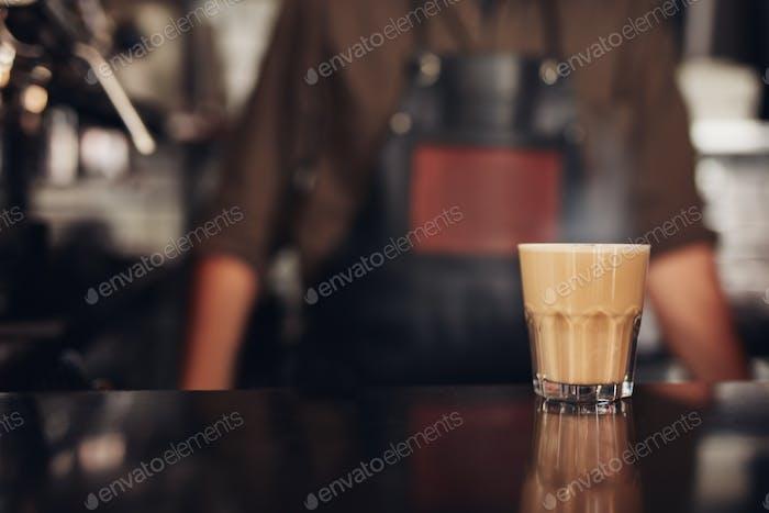 Tasse Kaffee auf der Theke