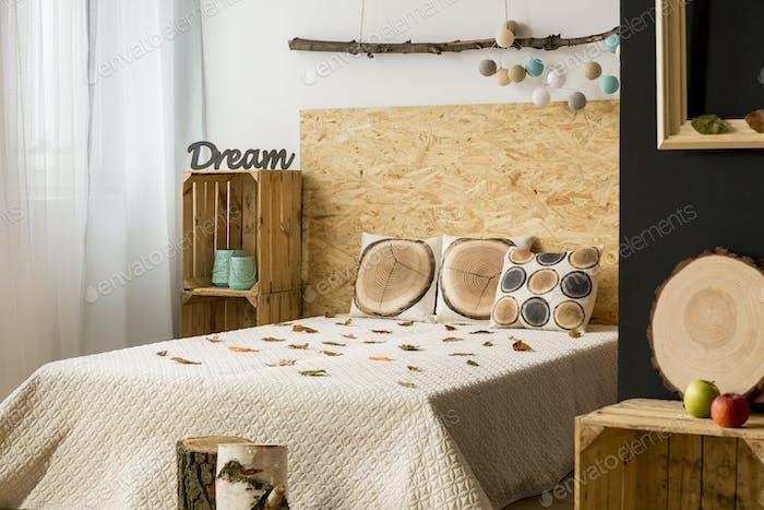 Wohnung mit Doppelbett und Holzdekoration