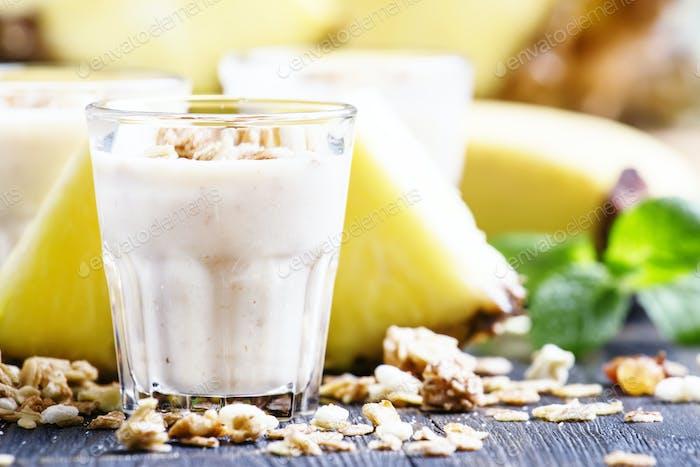 Milchshake mit Banane, Ananas, Joghurt und Müsli
