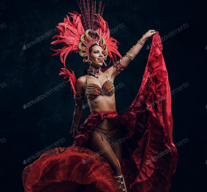 Schöne brasilianische Tänzerin in roten Federn Kostüm tanzt auf kleine Szene