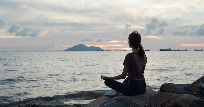 Frau Yoga am Meer