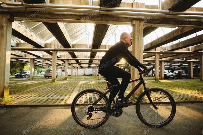 Fahrrad Stil Mann in schwarz Sportbekleidung
