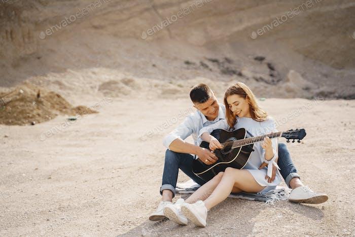 Junges Paar in der Liebe in Sand Karriere
