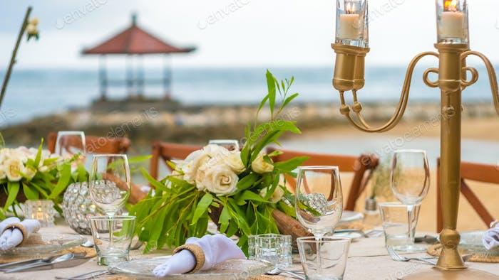 Nahaufnahme der Tischdekoration im Restaurant am Strand, Bali