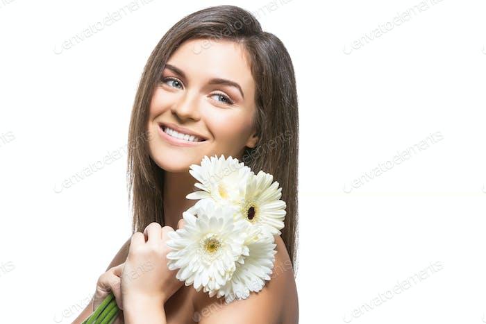 schönes Mädchen mit weißen Blumen
