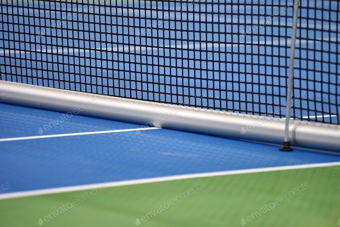 Tennis-harter Platz mit Netz vor dem Wettkampf