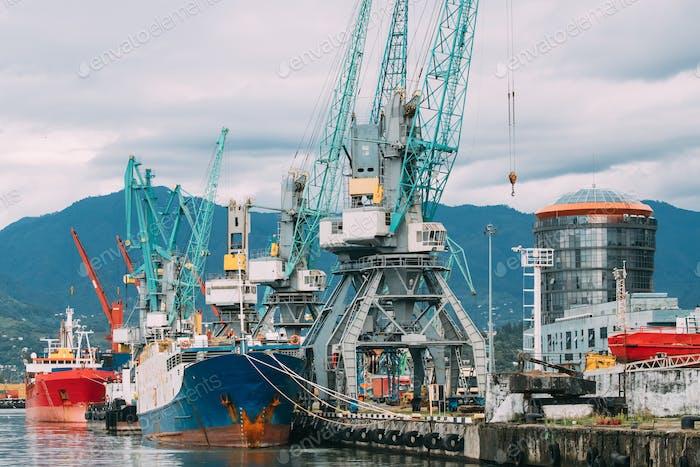 Alte Lastkahn Frachtschiff Tanker und schwere Ladekrane Fock In Po