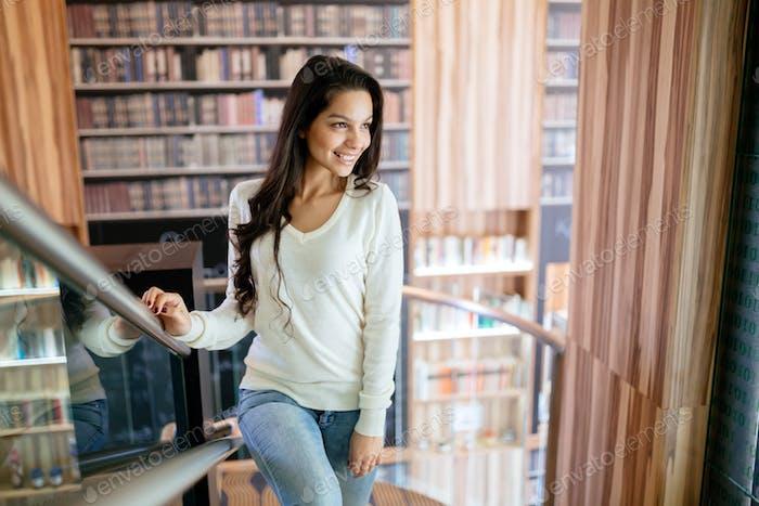 schön Brünette in Bibliothek