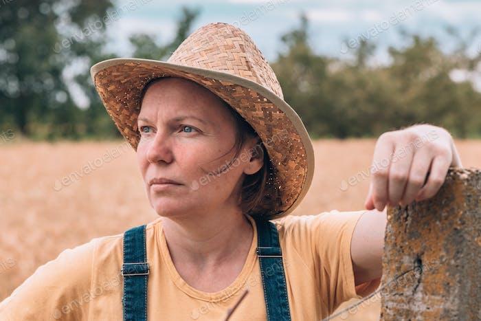 Landwirt posiert in reifem Gerstenfeld kurz vor der Ernte