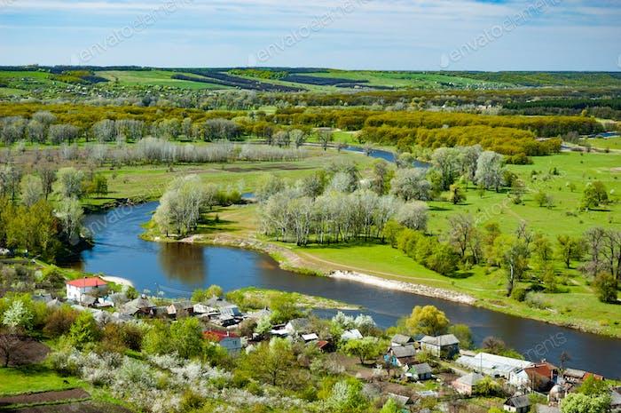 Bezauberndes Panorama des Dorfes und des Flusses