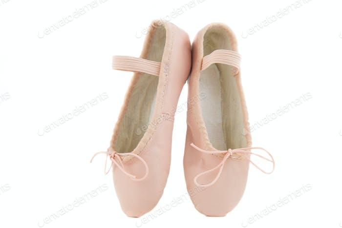 isolierte Paar Anfänger Ballerina Schuhe auf Zehenspitzen platziert