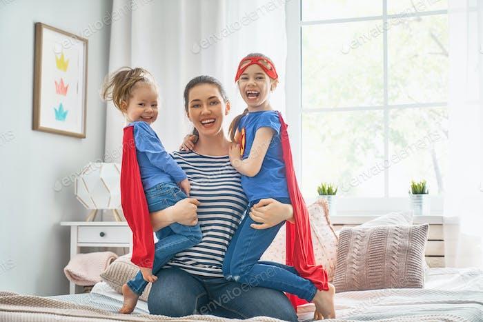 Mutter und ihre Kinder spielen zusammen