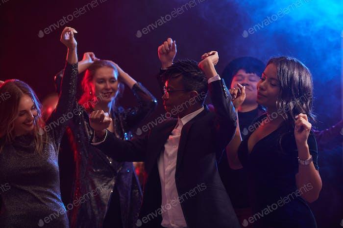 Tänzerinnen und Tänzer in Nachtclub