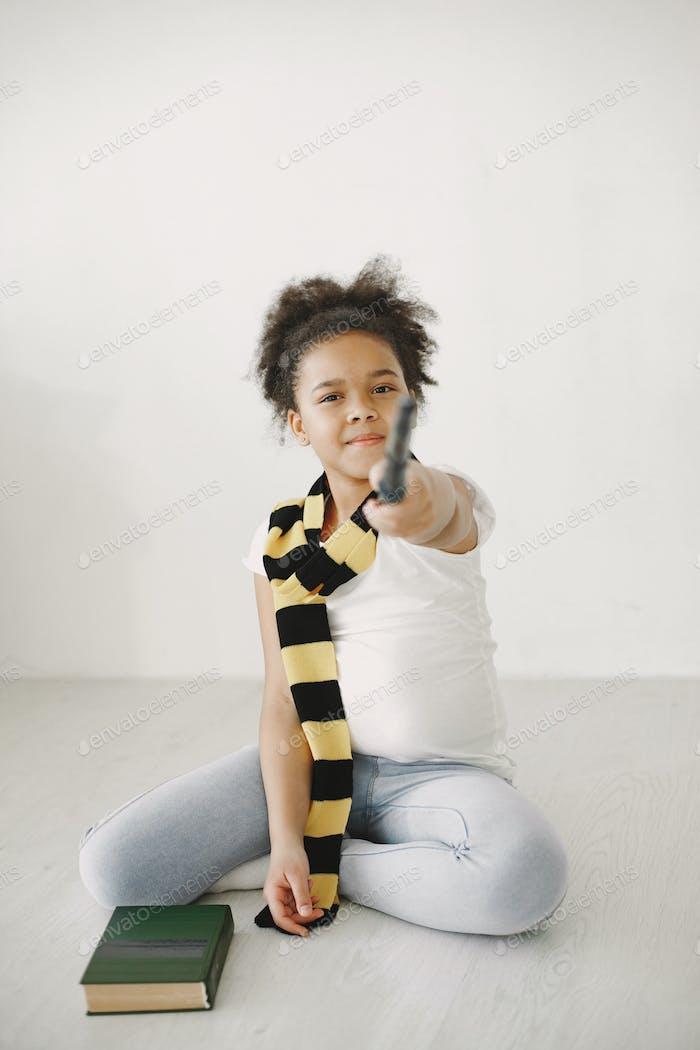 Afrikanischer Junge in einem gestreiften Schal mit lockigem Haar