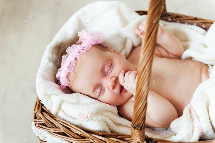 Niedliches Baby in einem bösen Korb.