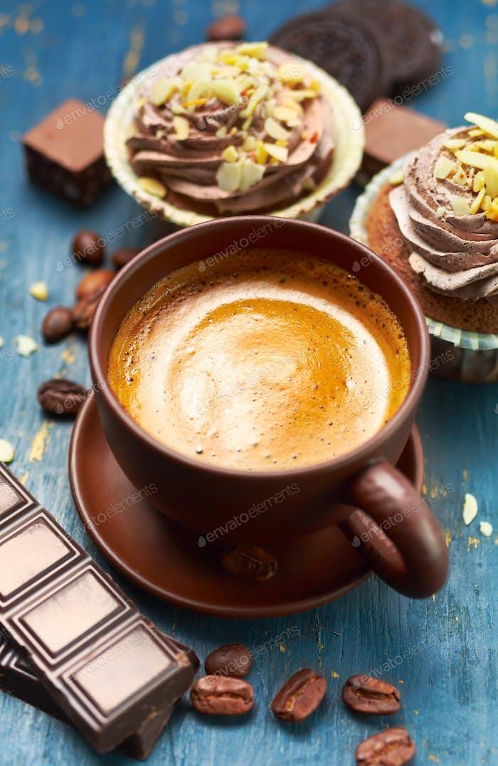 Kaffee mit Schokolade und Cupcake