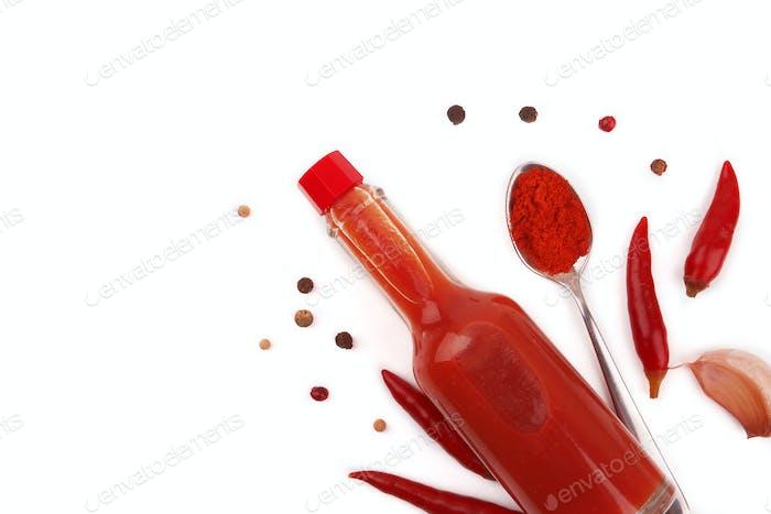 Eine Flasche heiße Soße mit Paprika auf weißem Hintergrund