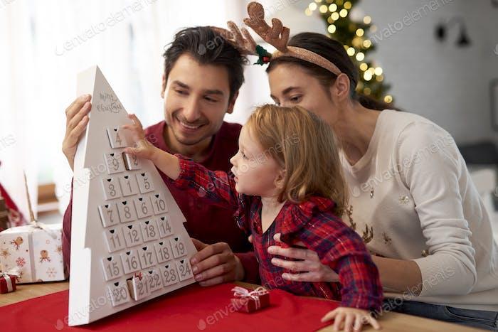 Glückliche Familie wartet auf Weihnachten