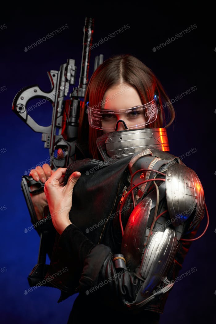 Modischer Söldnerin mit Furutisegewehr im dunklen Hintergrund