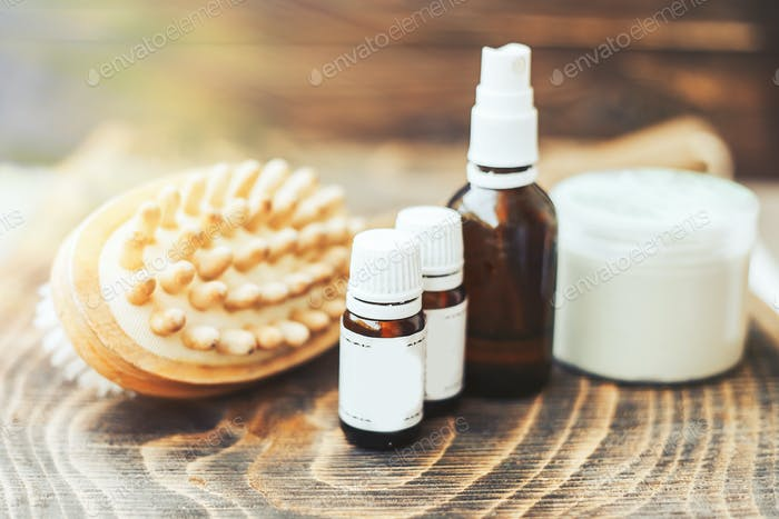 ätherische Öle für die Körperhaarpflege, Bürste für den Körper, auf Holzuntergrund