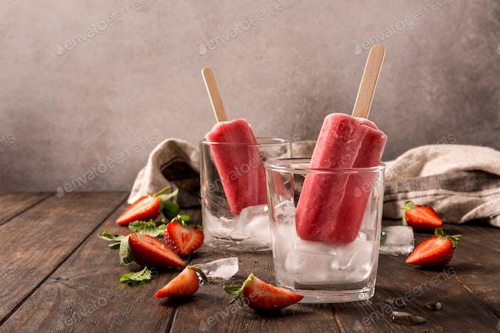 Hausgemachte Erdbeer-Eis am Stiel