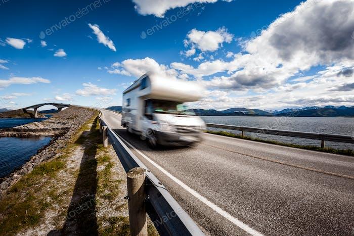Wohnwagen Auto RV Reisen auf der Autobahn Atlantic Ocean Road Norwegen