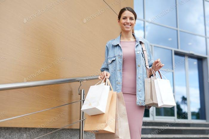 Verlassen des Einkaufszentrums