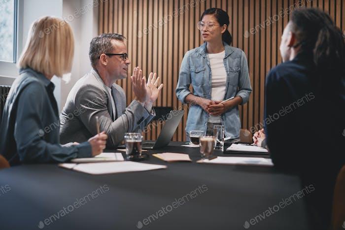 Различные бизнесмены обсуждают работу во время офисной встречи