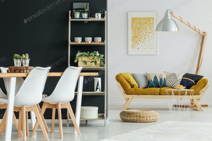 Offener Raum mit entworfenen Möbeln