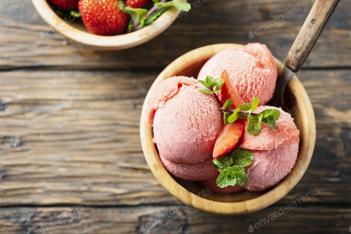 Summer ice cream with strawerry and mint
