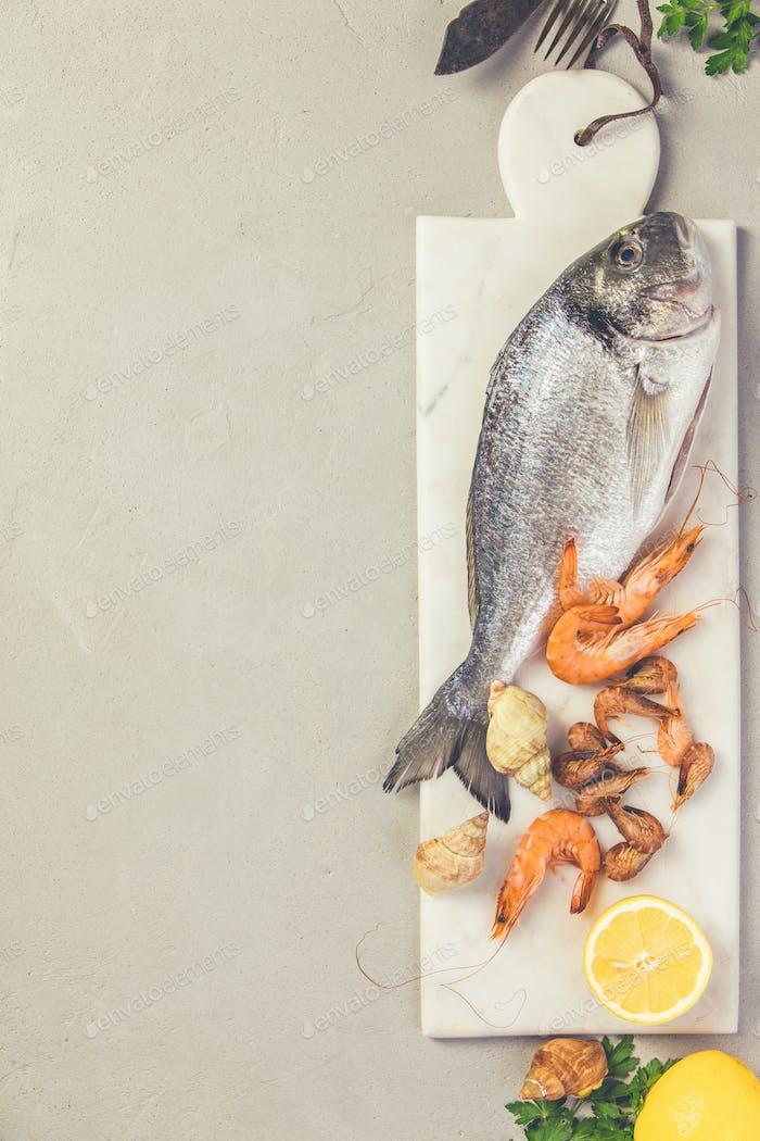 Meeresfrüchte auf grauem Betonuntergrund, flache Lage, Draufsicht