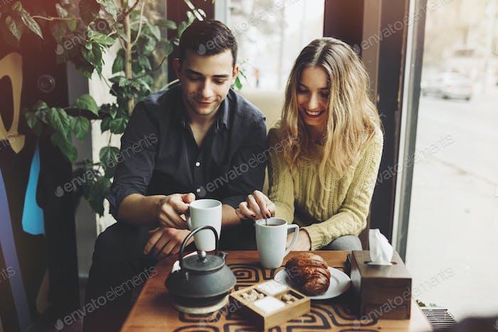 Paar in der Liebe trinken Kaffee im Café