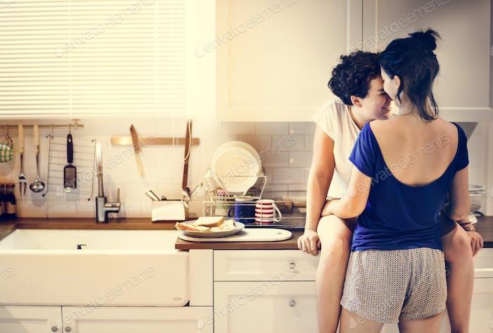 Lesben paar in die Küche