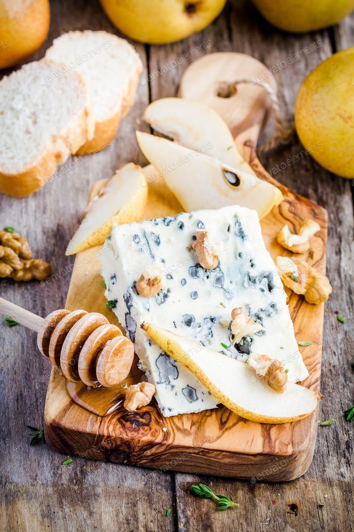 Blue cheese with slices of pear and honey