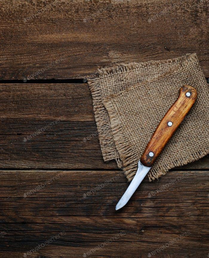 Messer und saugende Serviette auf Holzhintergrund