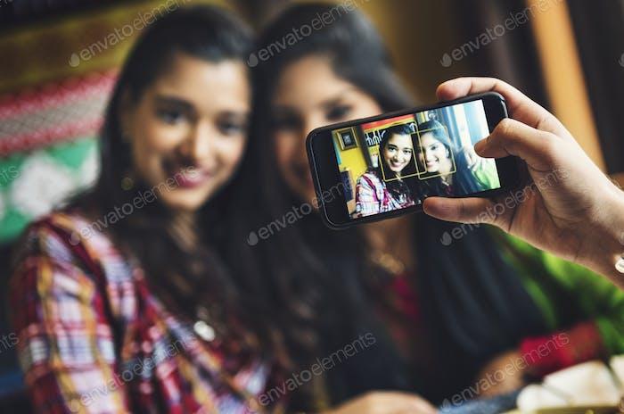 Indian Ethnizität Casual Connection Lächelnd Konzept