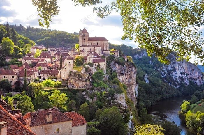 Landschaftsansicht des mittelalterlichen Dorfes Saint Cirque La Popie in Frankreich