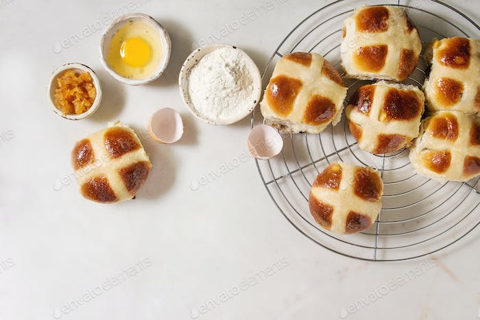 Ostern Hot Cross Brötchen