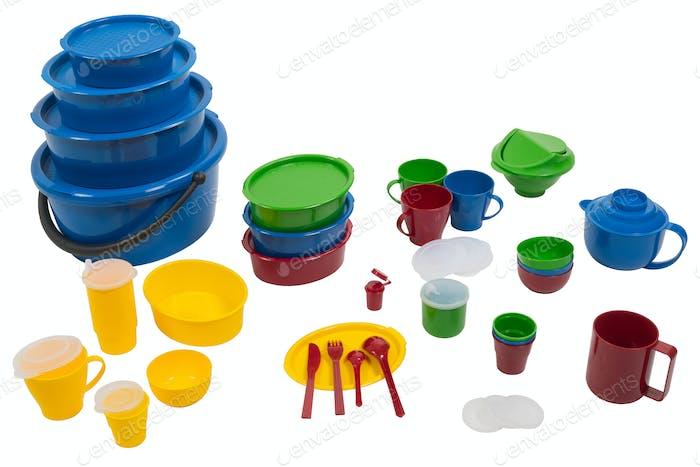 Kunststoff-Geschirrsets auf weißem isoliertem Hintergrund