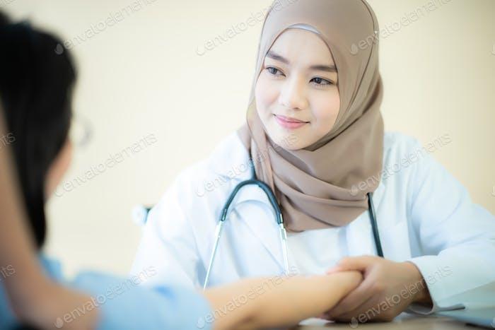 muslimische asiatische Ärztin, Professionelle muslimische Ärztin arbeitet im Krankenhaus, Gesundheitswesen und Medizin