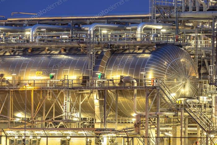 Riesenbehälter in der Chemiefabrik